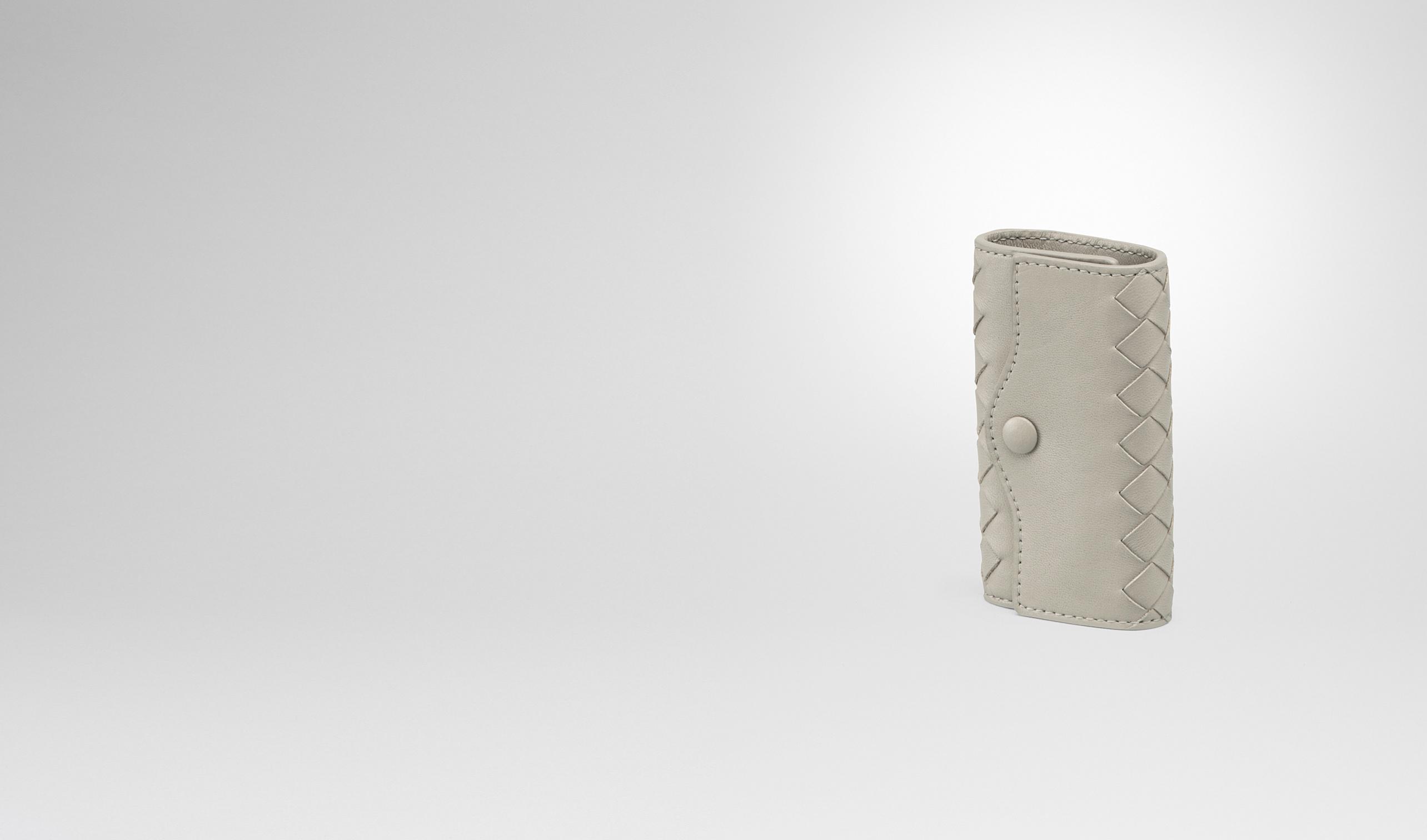 品采用软质小羊皮手工编织制成,设有实用的铆钉搭扣和 4 个光泽钥匙圈