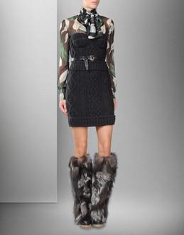 Вязаное платье украшено кристаллами Сваровски и кружевом ручной.