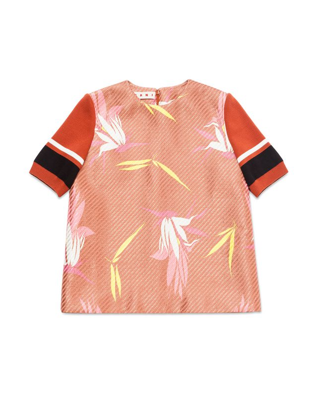 十字绣针织短袖,条纹图案,撞色设计,搭配罗纹边.