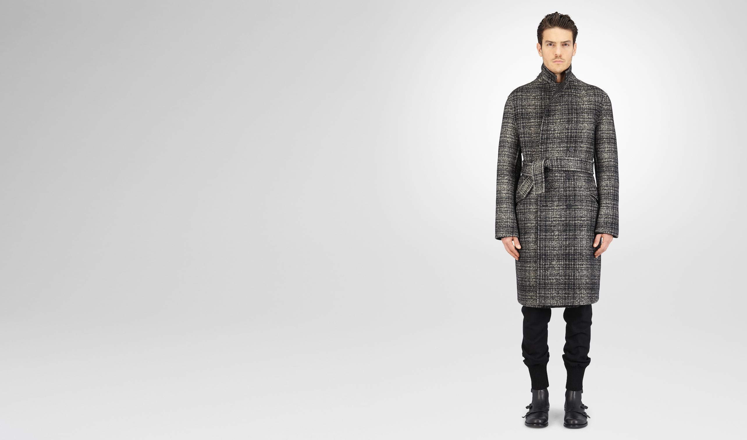 黑色搭配迷雾灰双格纹羊毛大衣