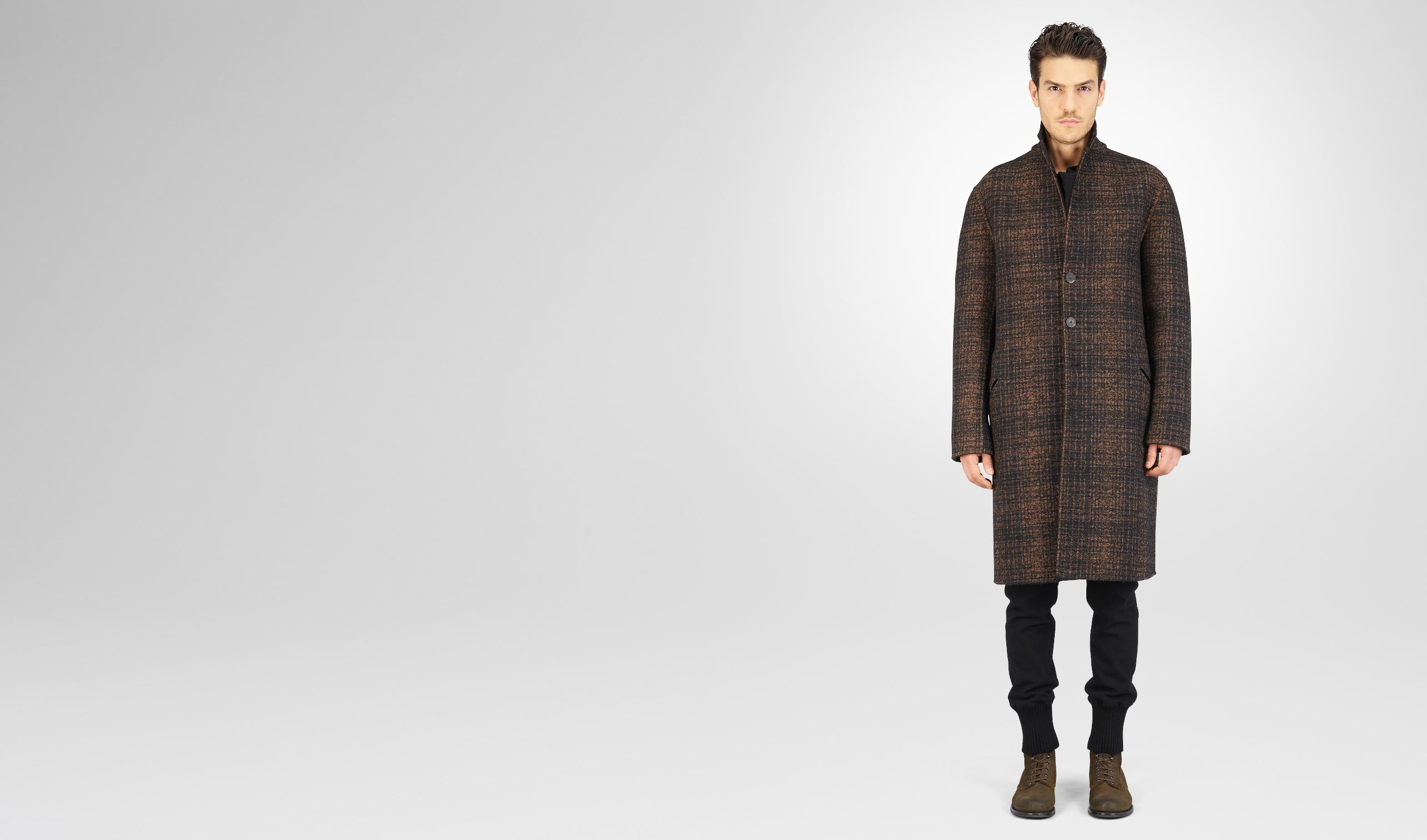 黑色搭配青铜色双格纹羊毛大衣