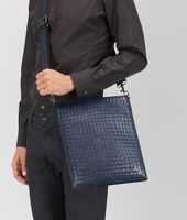 GROSSE MESSENGER-TASCHE AUS INTRECCIATO VN IN LIGHT TOURMALINE