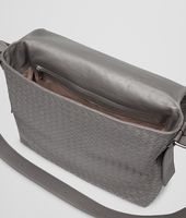 SAC BANDOULIÈRE MESSENGER NEW LIGHT GREY EN CUIR DE VEAU LÉGER INTRECCIATO