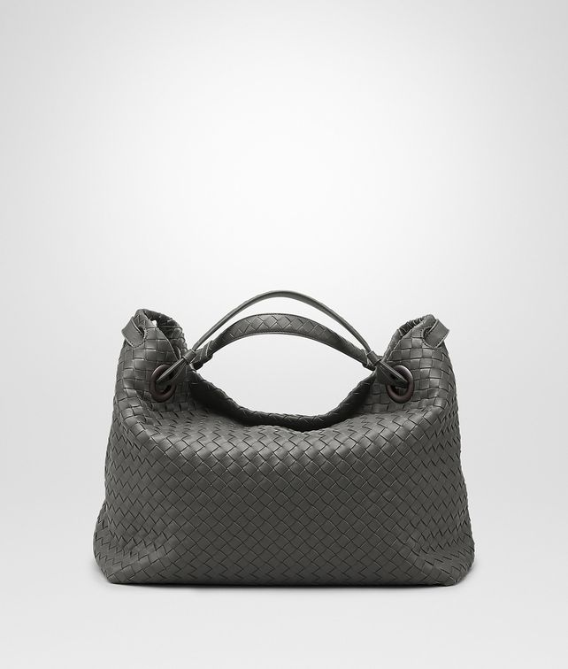 MITTLERE SCHULTERTASCHE AUS INTRECCIATO NAPPA IN NEW LIGHT GREY