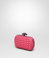 KNOT CLUTCH AUS INTRECCIO IMPERO IN ROSA SHOCK MIT AYERS-DETAILS