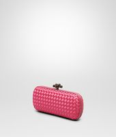 STRETCH KNOT CLUTCH AUS INTRECCIO IMPERO IN ROSA SHOCK MIT AYERS-DETAILS