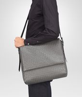 MESSENGER-TASCHE AUS INTRECCIATO KALBSLEDER IN NEW LIGHT GREY