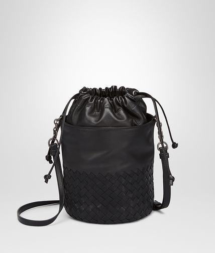 BUCKET BAG AUS INTRECCIATO NAPPA UND KALBSLEDER IN NERO