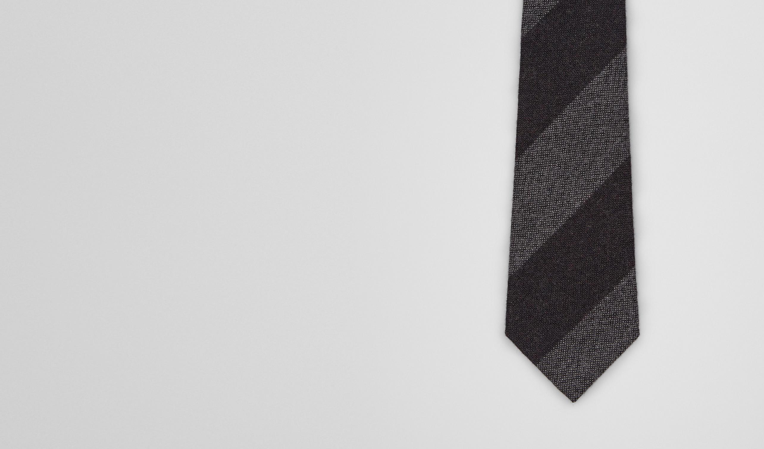 茄紫色搭配中性灰羊毛真丝混纺领带