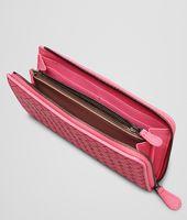 Portemonnaie MIT ZIP aus gewaschenem Lammleder Intrecciato ROSA SHOCK