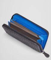Portemonnaie mit Rundum-Reissverschluss  AUS GEWASCHENEM VINTAGE INTRECCIATO NERO UND SIGNAL BLUE