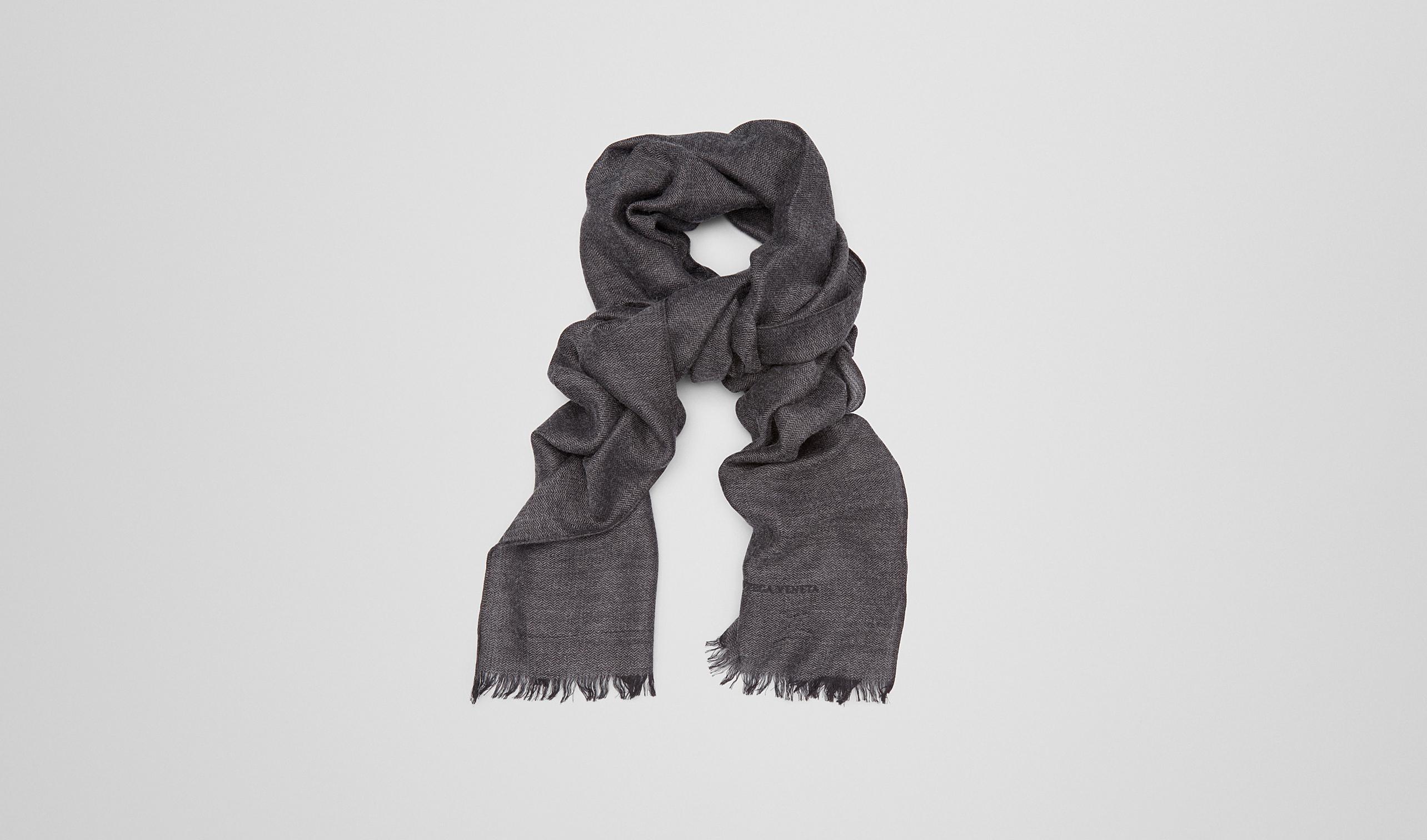 炭黑灰搭配黑色羊绒真丝围巾