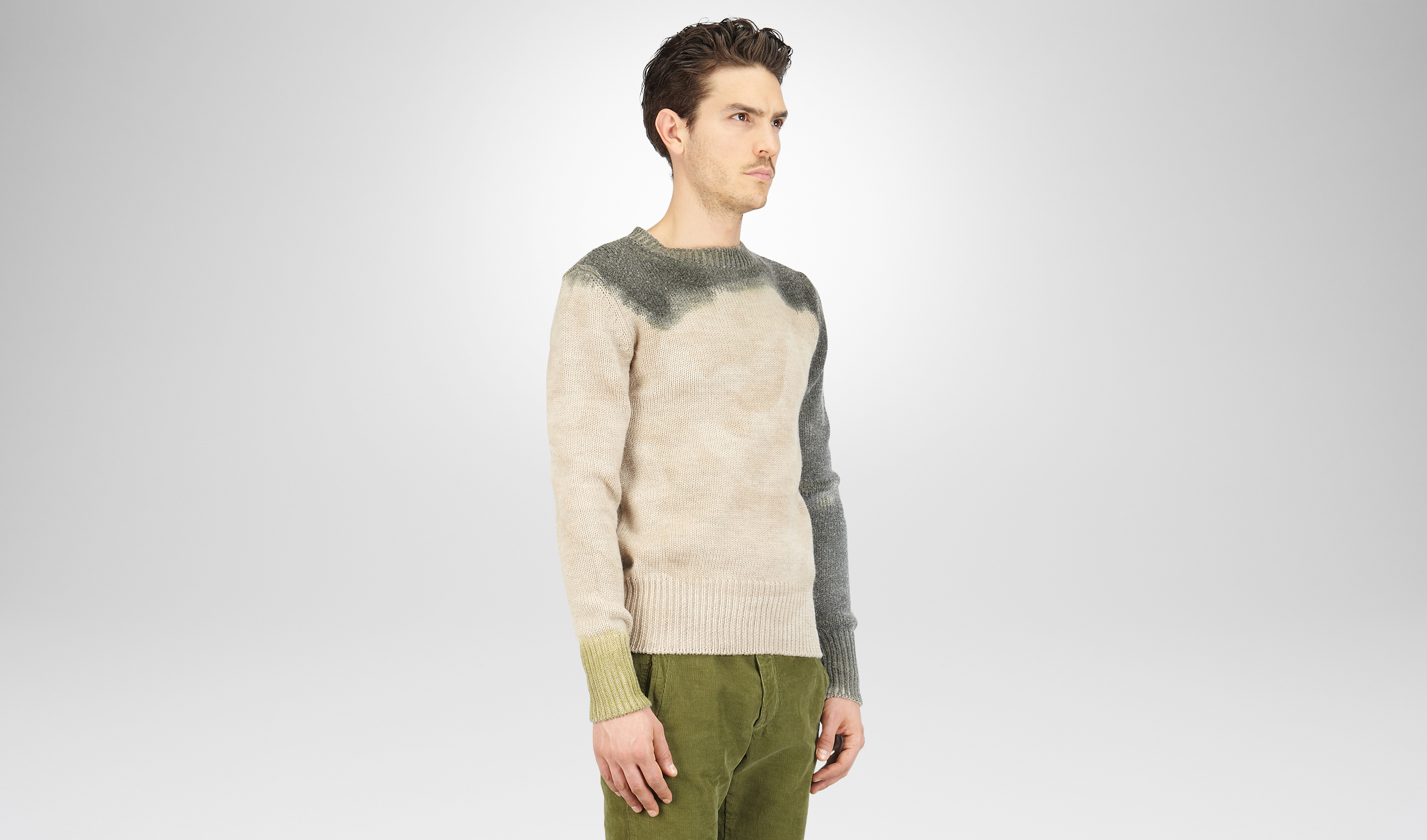 迷雾灰搭配军绿色羊毛毛衣