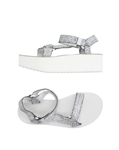 Фото - Женские сандали TEVA белого цвета