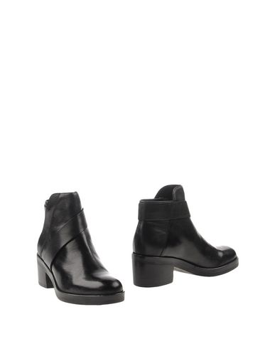 цена  GEOX Полусапоги и высокие ботинки  онлайн в 2017 году