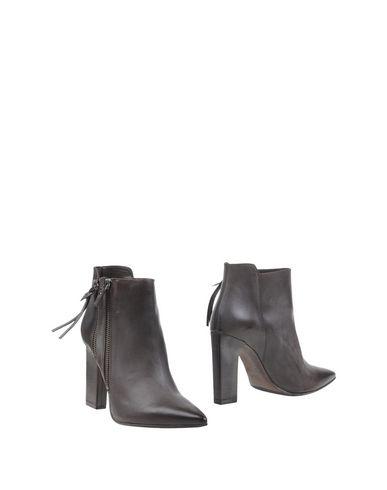 Полусапоги и высокие ботинки от VIC