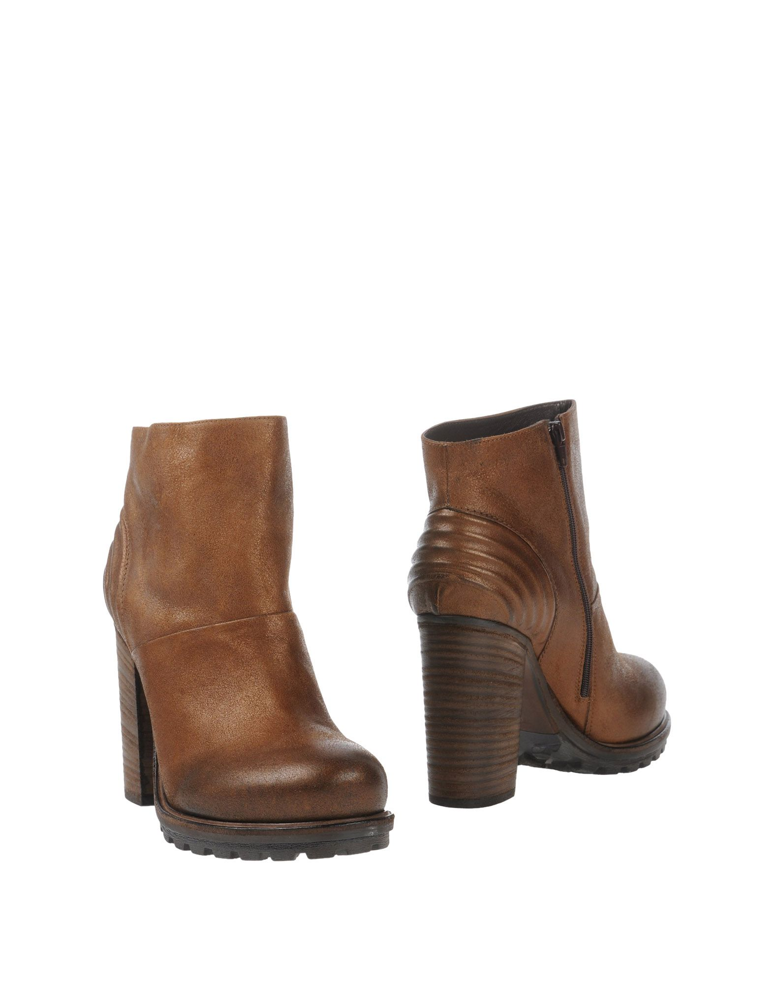 VIC Ankle Boot in Brown