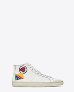 SAINT LAURENT High top sneakers U Klassischer, halbhoher Signature Court SL/37M Surf Sneaker aus gebrochenem weißen Leder mit Diamant- und Regenbogenpatch, abgenutzte Optik f