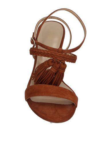 Фото 2 - Женские сандали  коричневого цвета