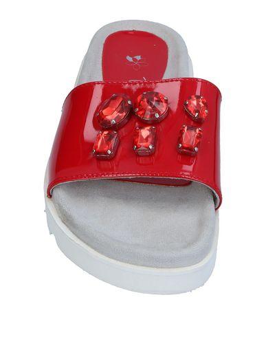 Фото 2 - Женские сандали TIARÉ BEACHWEAR красного цвета