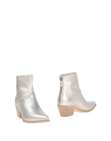 Фото - Полусапоги и высокие ботинки от VIC MATIĒ серебристого цвета