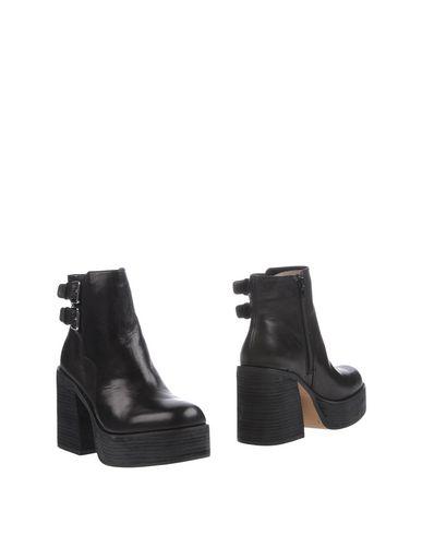 Фото - Полусапоги и высокие ботинки от WINDSOR SMITH черного цвета