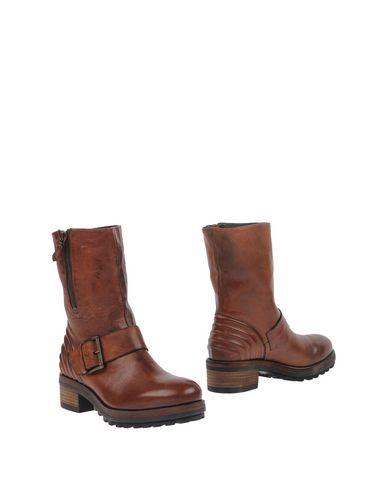 Фото - Полусапоги и высокие ботинки от VIC коричневого цвета