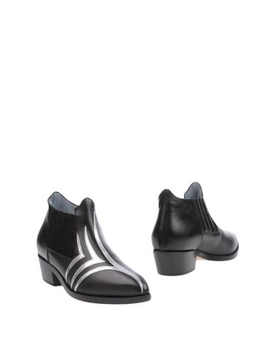Полусапоги и высокие ботинки от CHIARA FERRAGNI