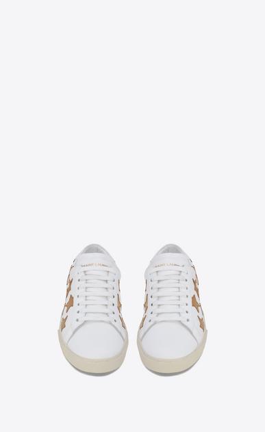 SAINT LAURENT SL/06 Homme sneaker court sl/06 california en cuir blanc cassé et en cuir métallisé or foncé b_V4