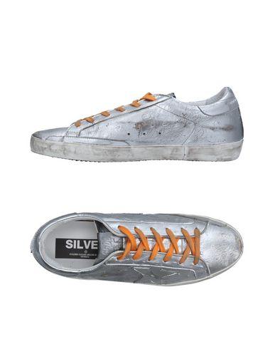 Фото - Низкие кеды и кроссовки серебристого цвета