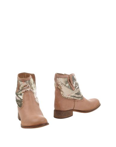 Фото - Полусапоги и высокие ботинки от E.G.J. желто-коричневого цвета