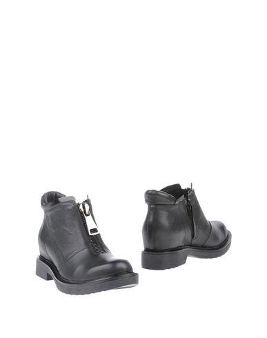 цена  LUCA STEFANI Полусапоги и высокие ботинки  онлайн в 2017 году