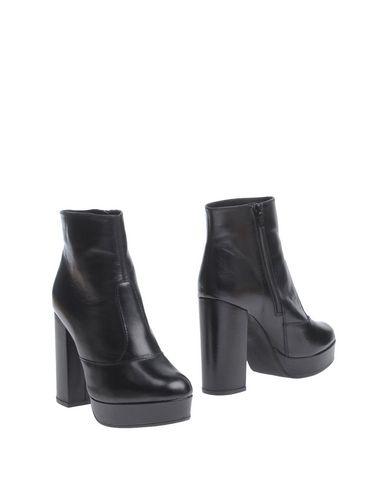 Полусапоги и высокие ботинки от CARMENS