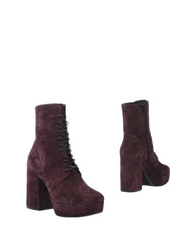 Фото - Полусапоги и высокие ботинки от VIC MATIĒ фиолетового цвета