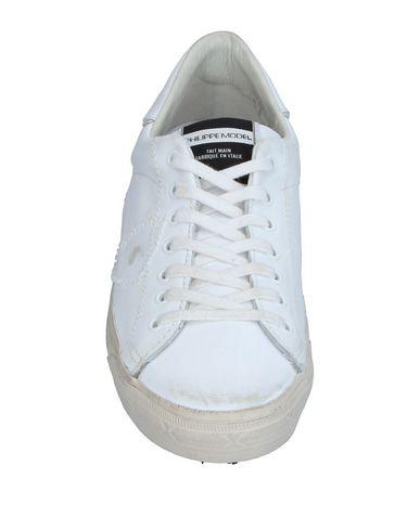 Фото 2 - Низкие кеды и кроссовки от PHILIPPE MODEL белого цвета