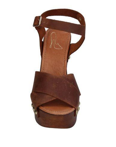 Фото 2 - Женские сандали LE STELLE коричневого цвета