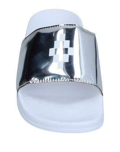 Фото 2 - Женские сандали MARCELO BURLON серебристого цвета