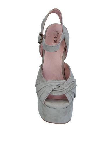 Фото 2 - Женские сандали JEFFREY CAMPBELL серого цвета