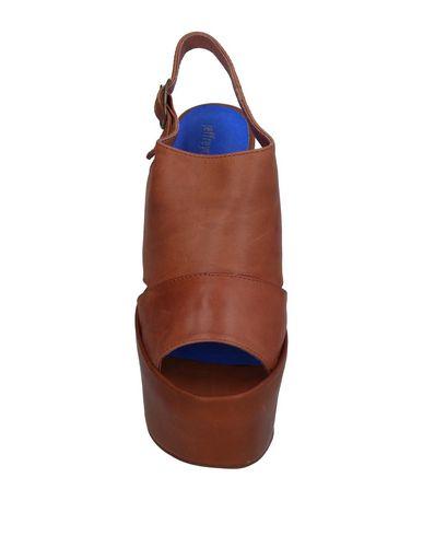 Фото 2 - Женские сандали JEFFREY CAMPBELL коричневого цвета