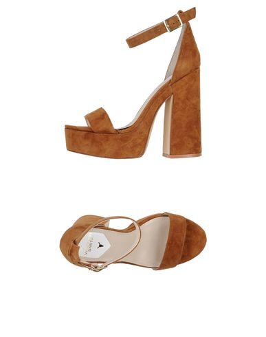Фото - Женские сандали WINDSOR SMITH коричневого цвета
