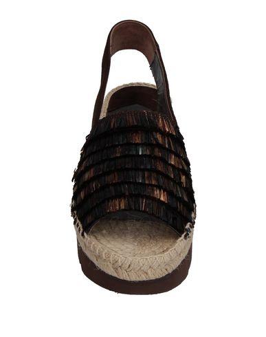 Фото 2 - Женские сандали PALOMA BARCELÓ темно-коричневого цвета