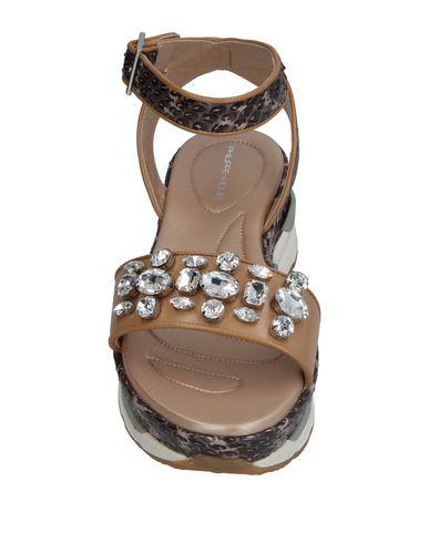 Фото 2 - Женские сандали PHILIPPE MODEL бежевого цвета