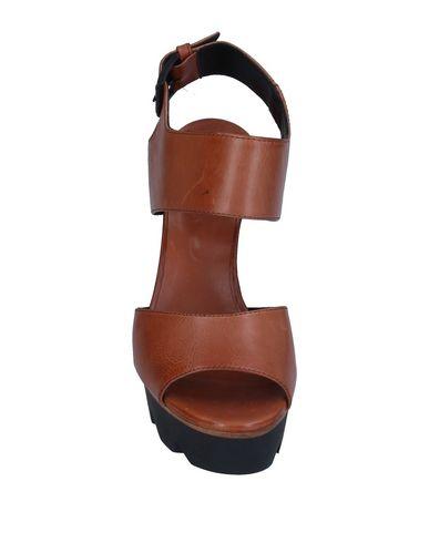 Фото 2 - Женские сандали VIC MATIĒ коричневого цвета