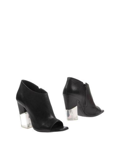 Купить Полусапоги и высокие ботинки от VIC MATIĒ черного цвета