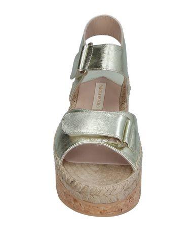 Фото 2 - Женские сандали PALOMA BARCELÓ золотистого цвета