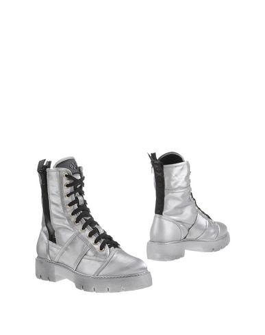 Фото - Полусапоги и высокие ботинки от O.X.S. серебристого цвета