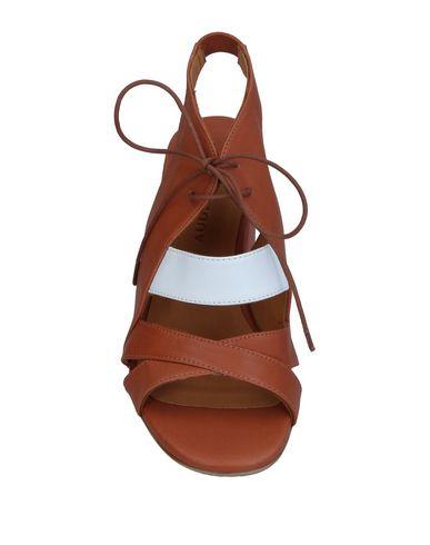 Фото 2 - Женские сандали AUDLEY желто-коричневого цвета