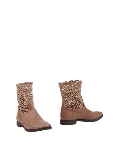 Фото - Полусапоги и высокие ботинки от E.G.J. коричневого цвета