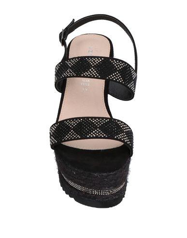 Фото 2 - Женские сандали KHARISMA черного цвета