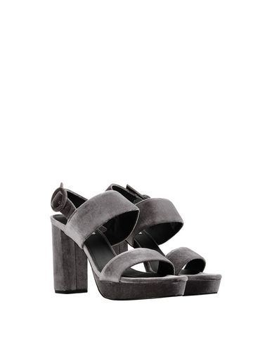 Фото 2 - Женские сандали STEVE MADDEN серого цвета